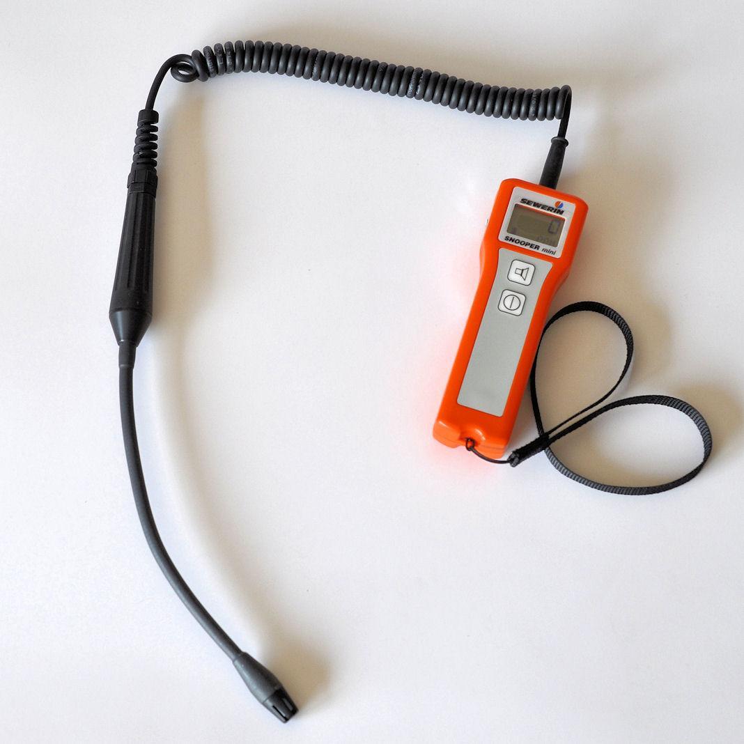 Detektor gazu Snooper mini z długim wysięgnikiem elastycznym zamontowanym na kablu spiralnym przeznaczony do wykrywania nieszczelności metanu (CH4)
