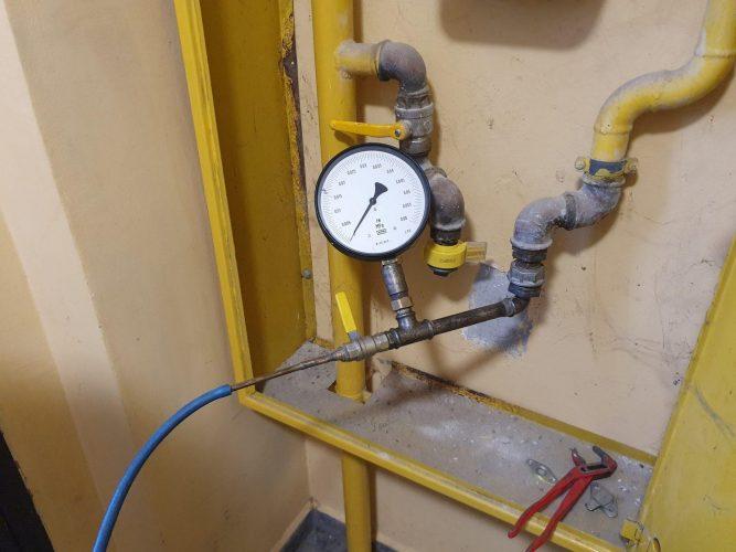 Manometr na chwilę przed wprowadzeniem do instalacji gazowej sprężonego powietrza